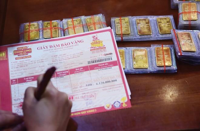 """Tờ hóa đơn mua liền lúc 100 cây vàng ở giá đỉnh khiến nhiều người """"trầm trồ"""""""