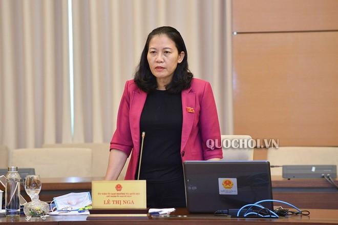 Chủ nhiệm Ủy ban Tư pháp Lê Thị Nga trình bày báo cáo thẩm tra.