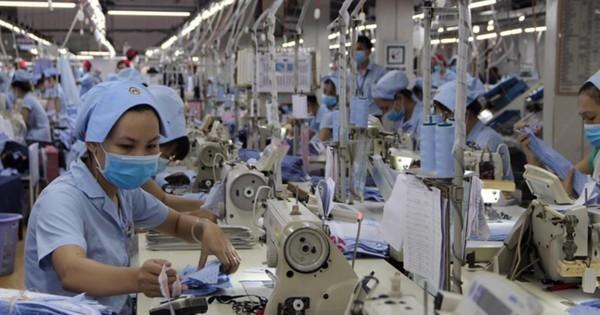 Nếu doanh nghiệp không phải nộp khoản phí công đoàn, lương của người lao động có cơ hội được cộng thêm. Ảnh: Đ.T.