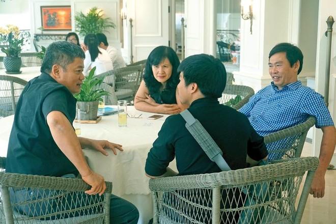 Các nhà đầu tư cá nhân trao đổi với start-up bên lề một sự kiện thuyết trình gọi vốn do Startup Vietnam Foundation tổ chức.