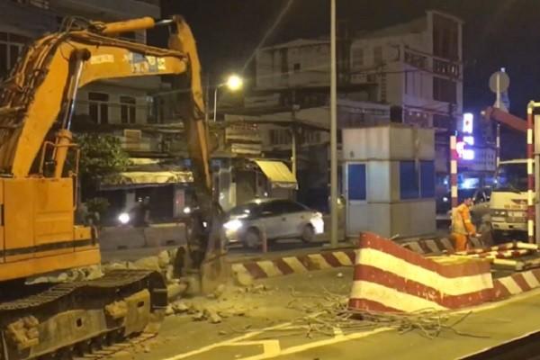 Công tác tháo dỡ được tiến hành ngay trong đêm để đảm bảo an toàn giao thông