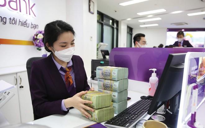 Dịch Covid-19 khiến nguồn thu từ dịch vụ của ngân hàng giảm mạnh, nhưng bù lại lãi từ kinh doanh chứng khoán tăng đột biến. Ảnh: Dũng Minh