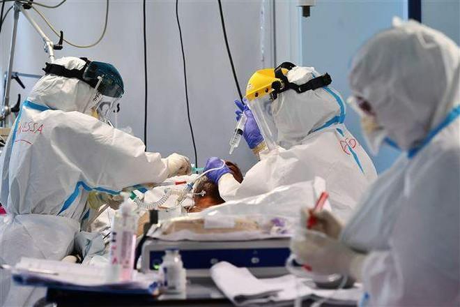 Bệnh nhân mắc COVID-19 được điều trị tại bệnh viện ở Rome, Italy, ngày 29/10/2020. Ảnh: AFP/TTXVN