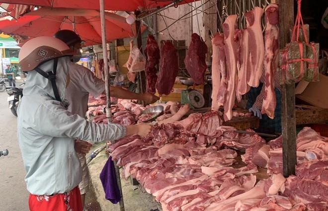 Các mặt hàng thịt lợn đang giảm giá tại các chợ truyền thống tại TP Hồ Chí Minh.