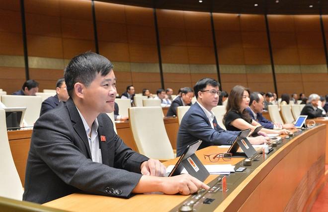 Các đại biểu Quốc hội bấm nút biểu quyết thông qua Nghị quyết về tổ chức chính quyền đô thị TP. HCM