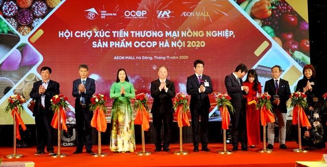 Các đại biểu cắt băng khai mạc Hội chợ. Ảnh: Hồ Hạ.