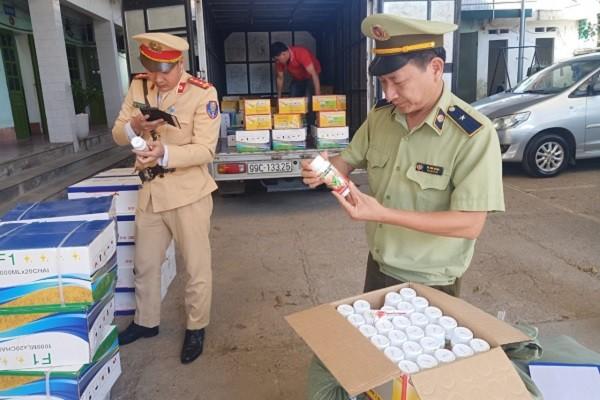 Đội quản lý thị trường số 4 kết hợp cùng Cảnh sát Giao thông Tùng Diễn kiểm tra số hàng