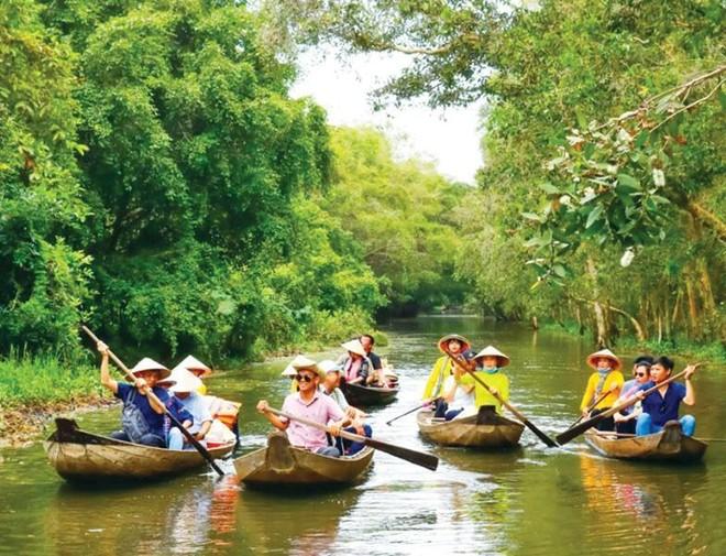 """Tour du lịch sông nước, tham quan miệt vườn, trải nghiệm cuộc sống làm nông nghiệp... là một trong những """"đặc sản"""" của du lịch Đồng Tháp."""