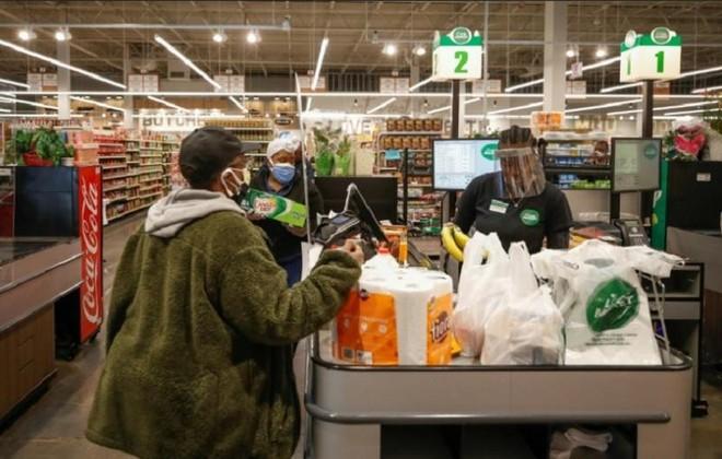 Người tiêu dùng dành thời gian ở nhà lâu hơn do chính sách làm việc tại nhà và học tập từ xa được kéo dài tại Mỹ. Ảnh: AFP