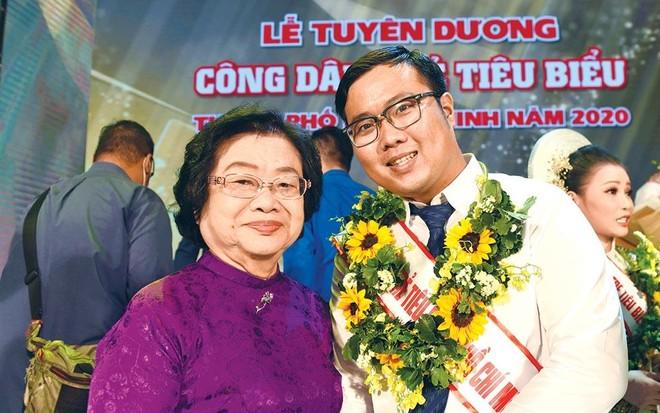 Phan Minh Tiến (bên phải) chụp ảnh cùng nguyên Phó chủ tịch nước Trương Mỹ Hoa tại Lễ tuyên dương công dân trẻ tiêu biểu TP.HCM 2020