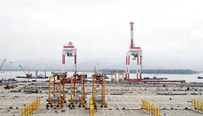 Hai cần cẩu bốc dỡ container tại cảng Lạch Huyện