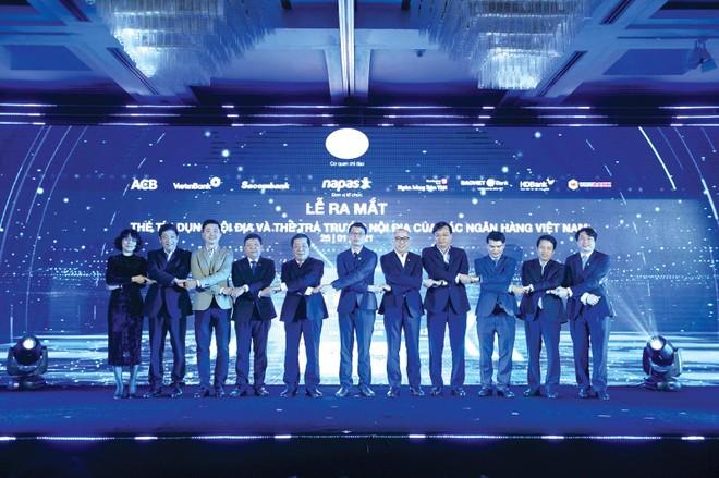 Phó thống đốc Ngân hàng Nhà nước Nguyễn Kim Anh cùng đại diện 7 ngân hàng lại lễ ra mắt
