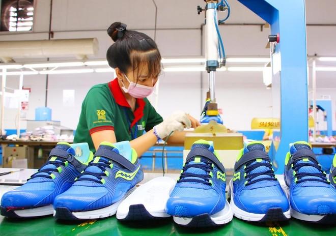 Công nhân làm việc tại nhà máy sản xuất giày xuất khẩu tại TP.HCM (Ảnh: Lê Toàn).