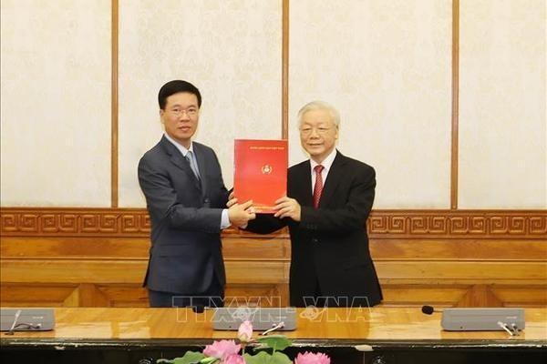 Tổng Bí thư, Chủ tịch nước Nguyễn Phú Trọng trao Quyết định và tặng hoa chúc mừng tân Thường trực Ban Bí thư Võ Văn Thưởng. Ảnh: TTXVN