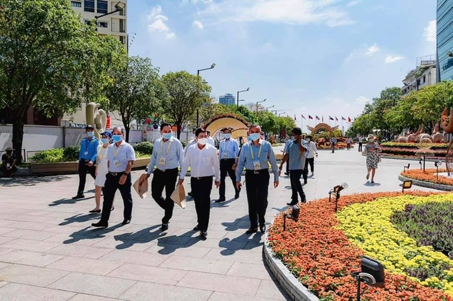 Chụp ảnh tại đường hoa Nguyễn Huệ bắt buộc phải đeo khẩu trang