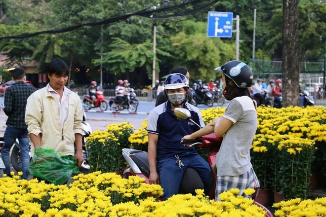 Khách hàng mua hoa tết tại công viên Gia Định (Ảnh: Q.T).