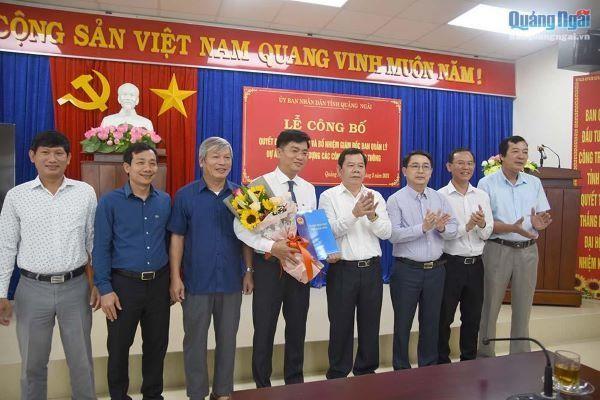 Ông Đỗ Tâm Hiển (ôm hoa), tân Giám đốc Ban Quản lý dự án đầu tư các công trình giao thông tỉnh Quảng Ngãi.
