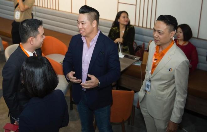 John Lê (đứng thứ hai từ phải sang) trao đổi với ông Nguyễn Trung Tín, Phó Tổng giám đốc Tập đoàn Bất động sản An Gia (thứ hai từ trái sang) tại một sự kiện về khởi nghiệp.