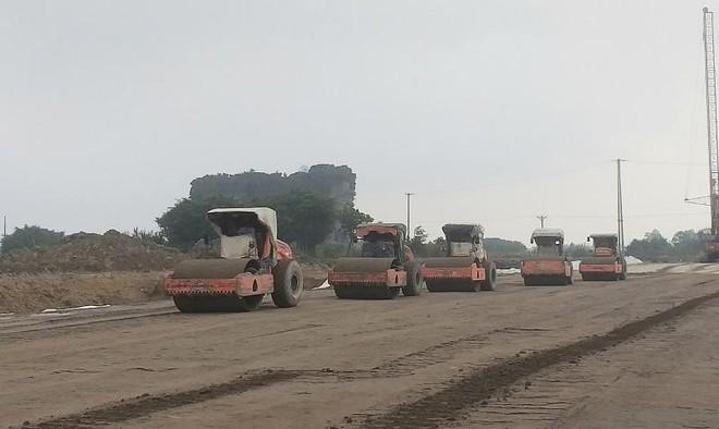 Thi công nền đường tại Dự án cao tốc Bắc - Nam đoạn Mai Sơn - Quốc lộ 45.