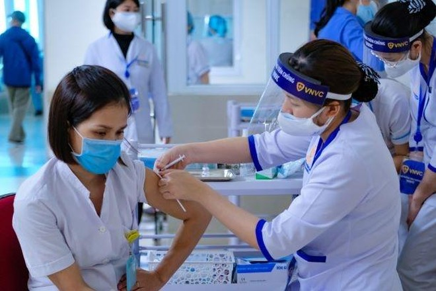 Việt Nam đã thực hiện tiêm vắc-xin phòng Covid-19 tại 19 tỉnh/TP cho 58.037 người là cán bộ, nhân viên y tế đang trực tiếp điều trị bệnh nhân Covid-19.