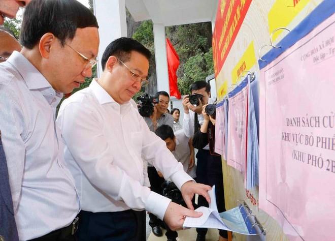 Chủ tịch Quốc hội Vương Đình Huệ kiểm tra công tác chuẩn bị bầu cử ĐBQH, ĐBHĐND tại Quảng Ninh.