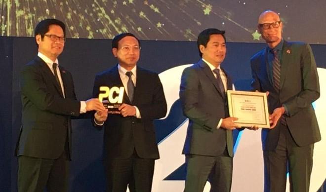 Bí thư Tỉnh uỷ Nguyễn Xuân Ký và Chủ tịch UBND tỉnh Quảng Ninh Nguyễn Tường Văn nhận kỷ niệm chương tại lễ công bố (Ảnh Mỹ An).