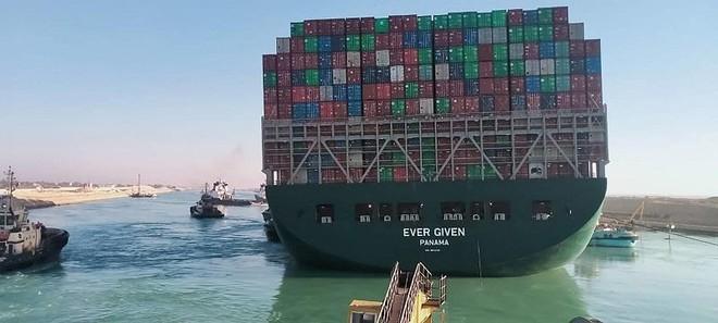 Siêu tàu Ever Given thoát khỏi vị trí mắc kẹt tại kênh đào Suez vào ngày 29/3. Ảnh: AFP