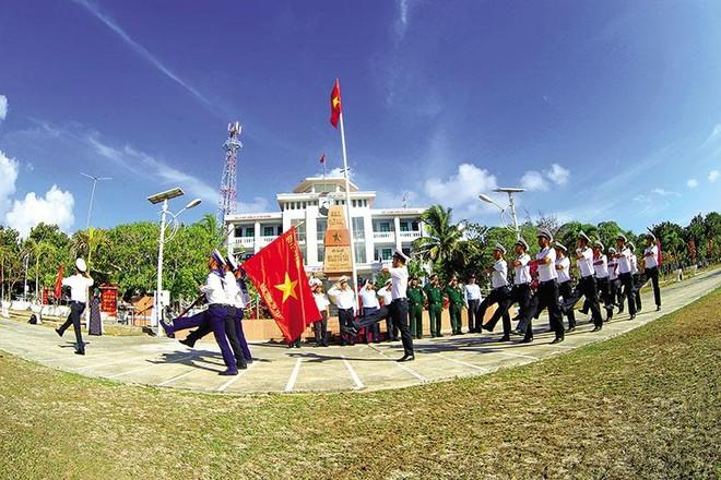 Lễ chào cờ tại đảo Song Tử Tây. Ảnh: H.H