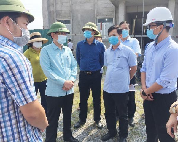 Phó chủ tịch UBND tỉnh Quảng Bình Phan Mạnh Hùng (thứ hai bên trái ảnh) đi kiểm tra thực địa tại dự án Thoát nước và Vệ sinh môi trường đô thị Ba Đồn.