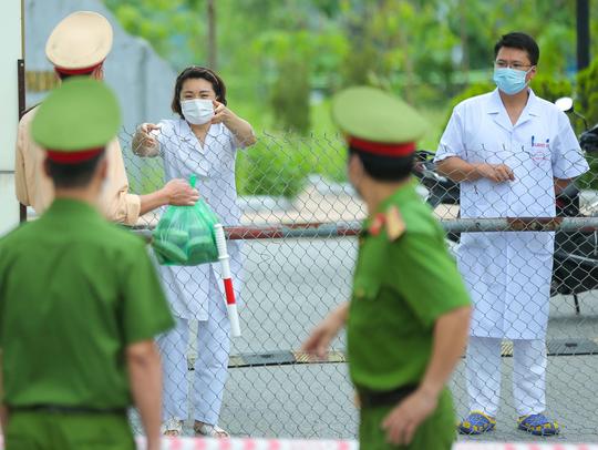 Phó Thủ tướng cũng mong muốn lực lượng cán bộ, y bác sĩ Bệnh viện Bệnh Nhiệt đới Trung ương vững lòng, tiếp tục đoàn kết, đồng sức đồng lòng, vượt qua giai đoạn khó khăn