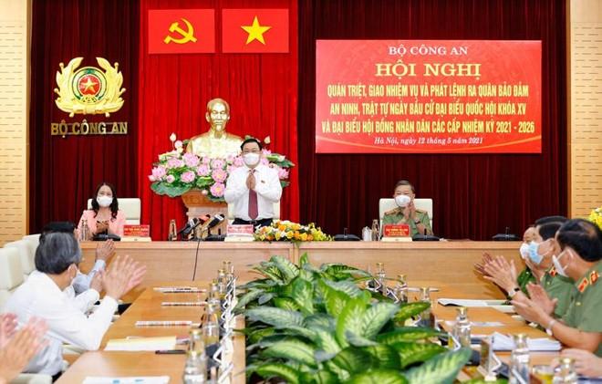 Chủ tịch Quốc hội Vương Đình Huệ dự hội nghị toàn quốc quán triệt, giao nhiệm vụ và phát lệnh ra quân bảo đảm an ninh, trật tự Ngày bầu cử (Ảnh - DT)