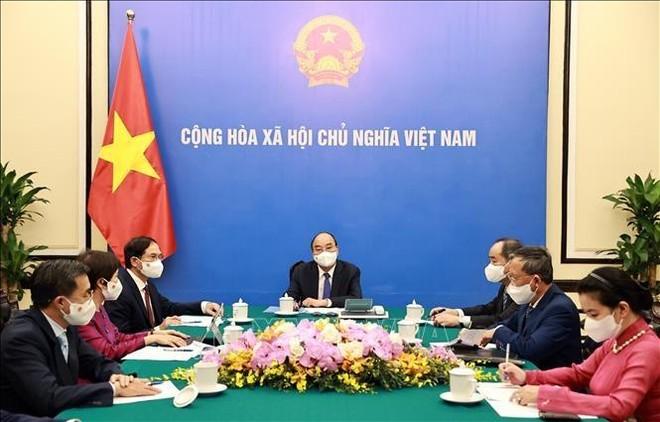 Chủ tịch nước Nguyễn Xuân Phúc điện đàm với lãnh đạo các nước (Ảnh: TTXVN)