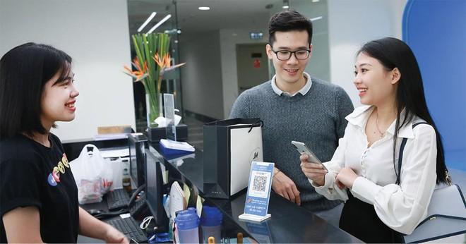 Người dùng thanh toán hóa đơn mua sắm thông qua việc quét mã VNPAY-QR