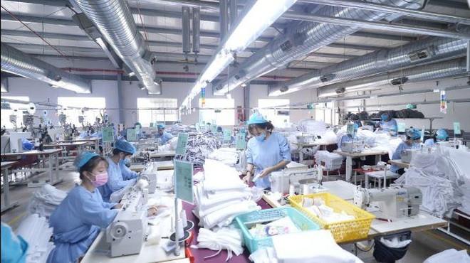 Theo VITAS, lao động dệt may cần được bảo vệ bằng Vacxin Covid-19, do nhiều DN đã ký đến hết năm, nếu không sản xuất, giao hàng đúng hạn sẽ bị phạt, hủy đơn hàng, thiệt hại toàn ngành có thể lên tới hàng tỷ USD