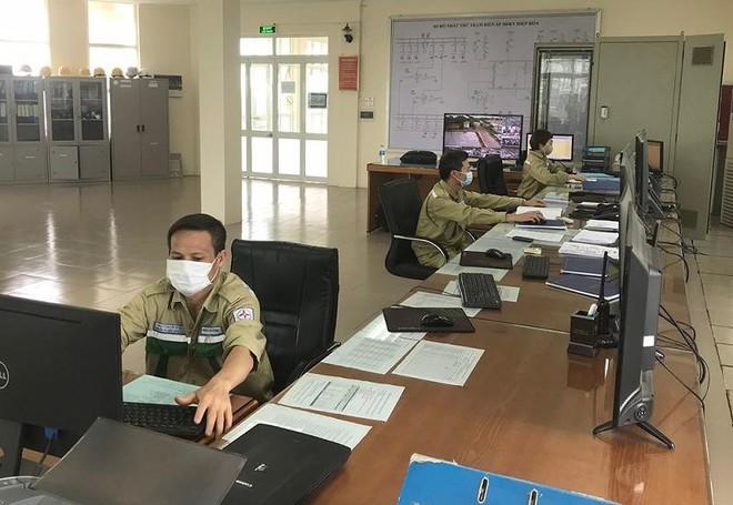 Lực lượng trực vận hành tại trạm biến áp 500 kV Hiệp Hòa (Bắc Giang)