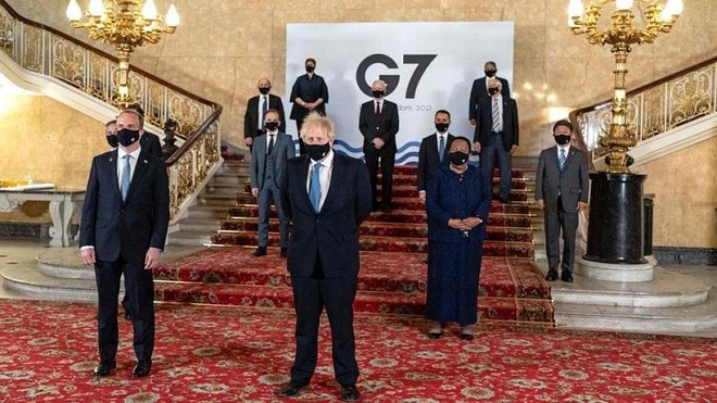 Thủ tướng Anh Boris Johnson (giữa) và Ngoại trưởng Anh Dominic Raab (bìa trái) chụp ảnh cùng các đại biểu tại Cuộc họp ngoại trưởng G7 tổ chức tại London vào ngày 5/5/2021. Ảnh: AFP