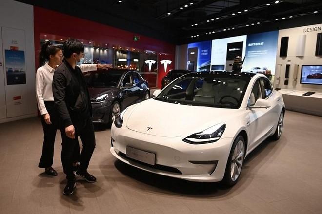 Mẫu xe Model 3 được trưng bày trong một showroom Tesla tại Bắc Kinh. Ảnh: AFP