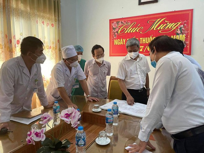 Thứ trưởng Bộ Y tế Nguyễn Trường Sơn bàn phương án tác chiến với lãnh đạo các tổ công tác của Bộ phận Thường trực đặc biệt tại Bắc Giang.