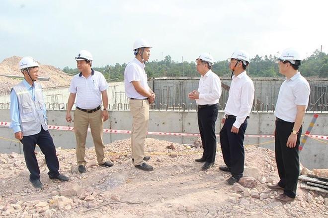 Lãnh đạo UBND tỉnh Thừa Thiên Huế kiểm tra khảo sát một dự án trên địa bàn tỉnh. (Ảnh: Thái Hùng)