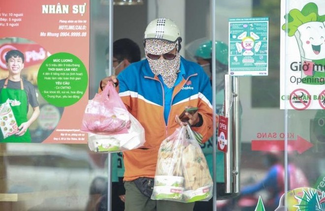 Hà Nội: Shipper bội đơn giao hàng trong mùa dịch COVID-19 ảnh 11
