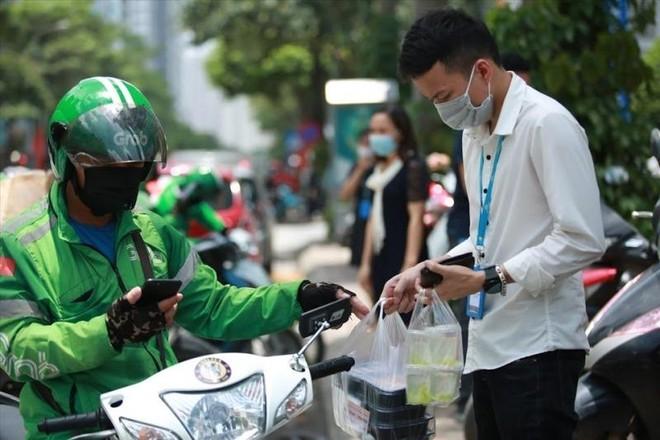 Hà Nội: Shipper bội đơn giao hàng trong mùa dịch COVID-19 ảnh 14