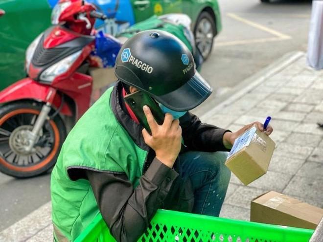 Hà Nội: Shipper bội đơn giao hàng trong mùa dịch COVID-19 ảnh 17