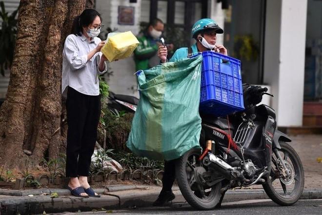 Hà Nội: Shipper bội đơn giao hàng trong mùa dịch COVID-19 ảnh 18