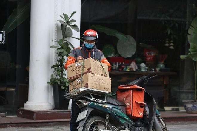 Hà Nội: Shipper bội đơn giao hàng trong mùa dịch COVID-19 ảnh 20