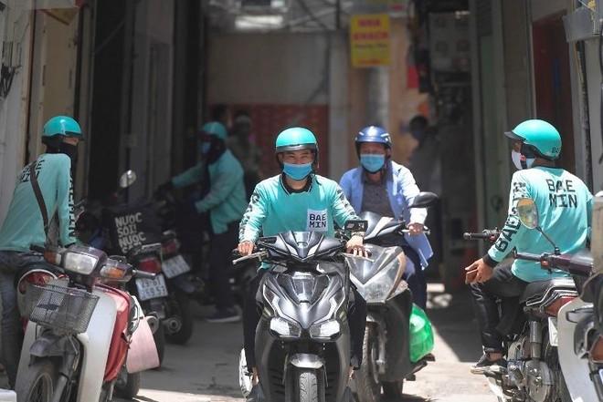 Hà Nội: Shipper bội đơn giao hàng trong mùa dịch COVID-19 ảnh 4
