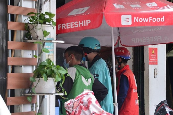 Hà Nội: Shipper bội đơn giao hàng trong mùa dịch COVID-19 ảnh 6