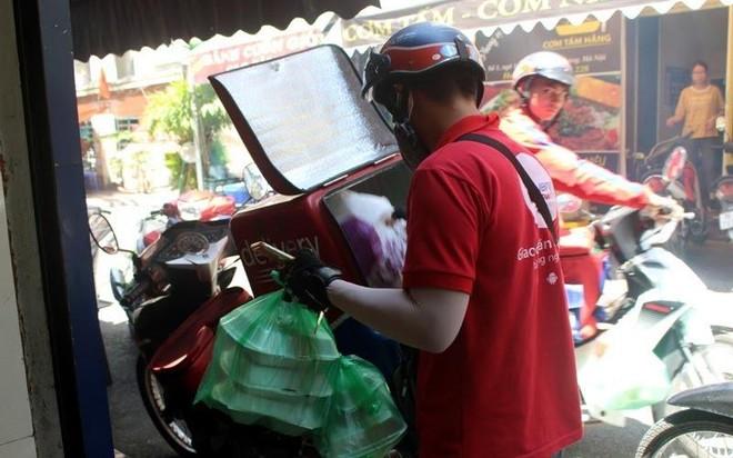 Hà Nội: Shipper bội đơn giao hàng trong mùa dịch COVID-19 ảnh 8