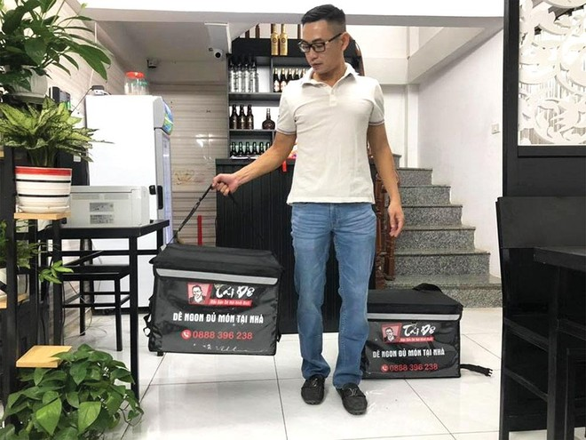CEO VietSense Travel Nguyễn Văn Tài chuẩn bị đi ship đồ ăn cho thực khách.