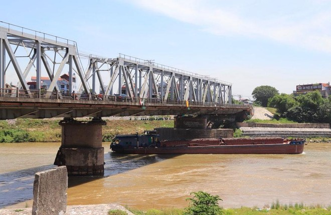 Tĩnh không của cầu Đuống (nối quận Long Biên với huyện Gia Lâm) thấp, ảnh hưởng đến việc đi lại của tàu thuyền. Ảnh: Đỗ Tâm.