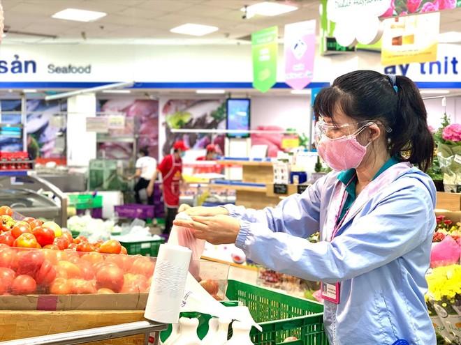 """Tình nguyện viên của UBND, quận đoàn quận 6 """"đi chợ hộ"""" người dân vào sáng ngày 14/7. (Ảnh: Saigon Co.op)."""